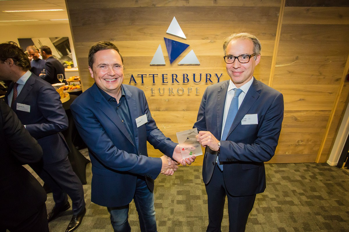 As a warm welcome in Leiden, InnovationQuarter's Chris van Voorden presents a special plaque to Atterbury Europe's CEO Henk Deist, on behalf of the City of Leiden, InnovationQuarter and the NFIA.